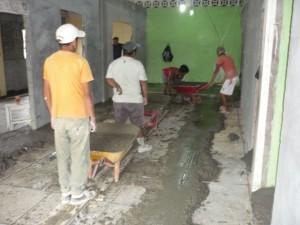Nytt förhöjt golv gjuts för att förhindra fuktinträngning under regntiden